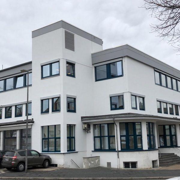 Fenster, ALU-Fensterbänke und Sonnenschutzanlagen